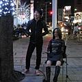 2008/11/21 六本木之丘TSUTAYA前的奇景:椅子上的是這位老兄自備的假人