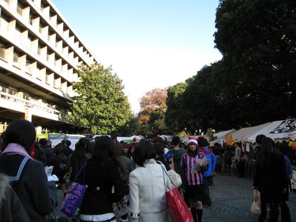 學生會申請在校園內擺攤,賣的東西就跟日本的廟會攤位差不多