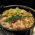 兩人份的肥腸鍋,除了肥腸還有大量的豆芽菜、韭菜、高麗菜