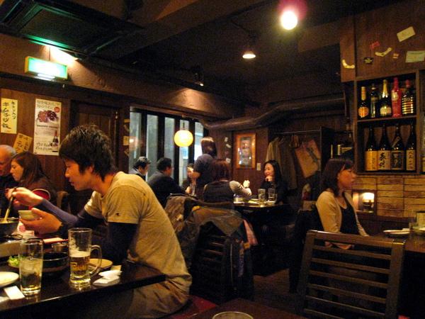 這家其實是居酒屋,店內光線昏暗,氣氛輕鬆舒適,有點家庭式小酒館的味道