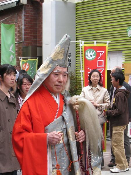 這位高僧模樣的應該是住持或是地位最高的和尚