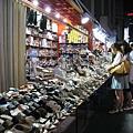 這一攤鞋子種類多到很壯觀,很可惜沒有一雙是我的style