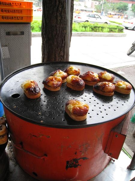 韓國雞蛋糕,這種是將雞蛋打在外面的,還有一種是雞蛋包在裡面的