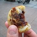 比台灣的紅豆餅小一點、油一點,但還滿好吃的
