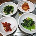 招待的小菜:胡蘿蔔絲拌海帶芽、白菜泡菜、辣蘿蔔乾漬墨魚、芝麻拌青江菜