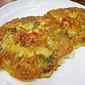 韓式綠豆煎餅一份兩塊13,000W,又香又酥,跟店家提供的醬油沾醬很搭配