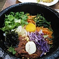 石鍋鮮肉拌飯很大一碗公,配料有雞蛋、生牛肉絲、萵苣葉、白蘿蔔絲、胡蘿蔔絲、小黃瓜片、栗子、松子、海苔絲、菠菜等