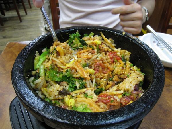 石鍋拌飯滋味鮮美,但很奇怪也有點可惜,不管等多久都沒有我愛的鍋巴出現