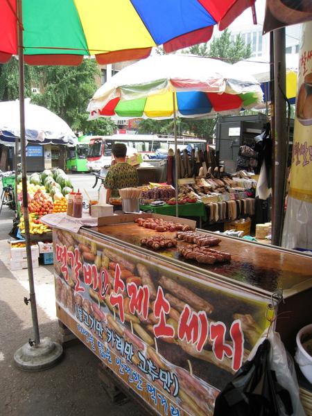 南大門市場附近的香腸豬肉年糕串