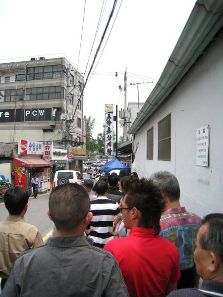 我們中午十二點半到,前面排了至少一百人以上,原本差點放棄打道回府