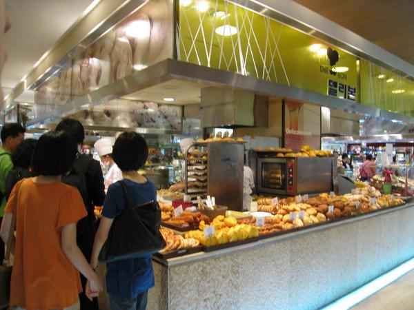樂天百貨本店B1美食街的麵包店Deli Bon,生意非常好
