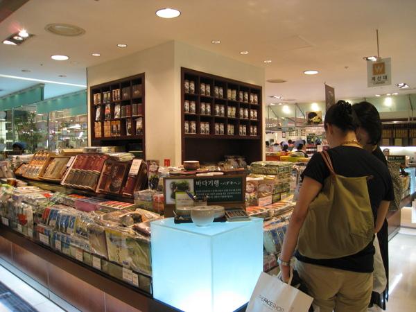 樂天百貨本店B1美食街的海苔專櫃,我們在這裡試吃了各種品牌口味的海苔