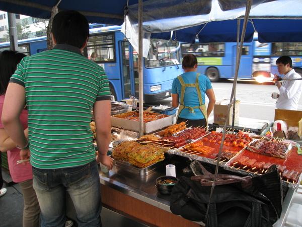 韓國人習慣這樣站著吃