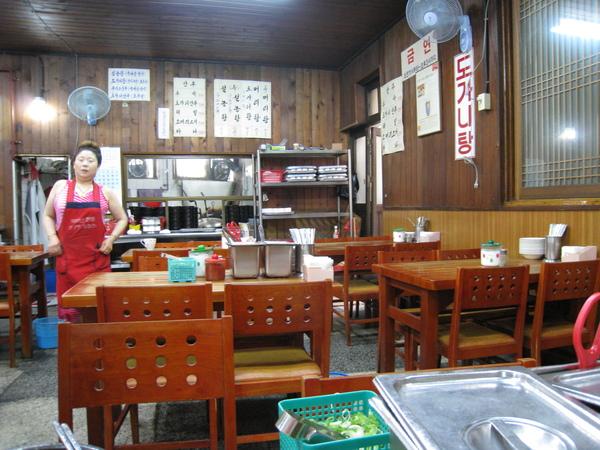 里門雪濃湯據說是首爾歷史最悠久的雪濃湯專賣店,滋味清爽,但顯然很不對大白的味