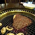 烤好的菲力牛排,外層焦香,裡面還是半熟的