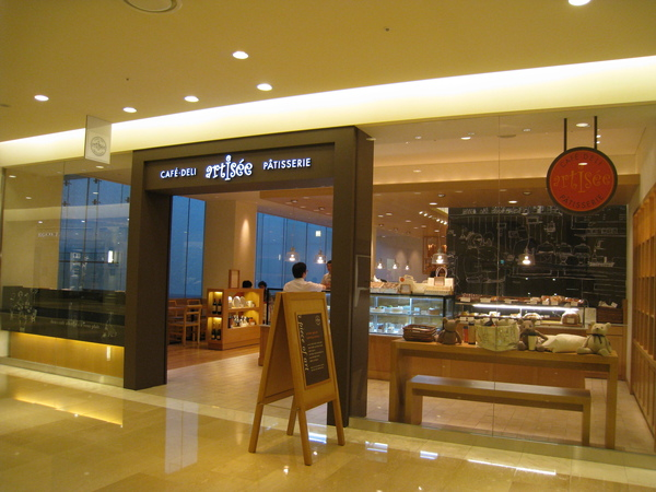 在韓國連鎖咖啡店Artisée和好友LISA喝下午茶,忘了拍好吃的戚風蛋糕