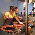 結果真心換絕情,踩到此行最大的地雷:烤香腸豬肉片年糕串