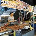 韓國的路邊攤種類遠不如台灣夜市裡的小吃多