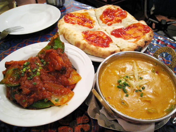 我們點的全是菜單上打星推薦的人氣料理:Chicken Tikka Masala, Prawn Coconut Curry, Kubuli Naan