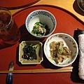 點完餐服務生立刻送上熱毛巾、小菜(每次來都不太一樣)、冰茶水。