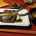 吃完小菜後主菜才上桌,大白點的是かれいひと汐焼き(烤鰈魚)。附餐的味噌湯裡有豆皮、洋蔥和白蘿蔔
