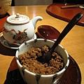 放在桌上自由取用的調味品:醬油和柴魚粉
