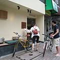 離開たき下時,這對單車夫婦也正準備進去吃烤魚