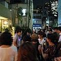 遠遠看到一群人圍著一個人拍照,我和朋友也過去湊熱鬧