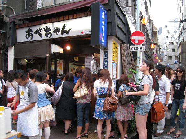 麻布十番商店街上的烤雞肉串店生意也超好