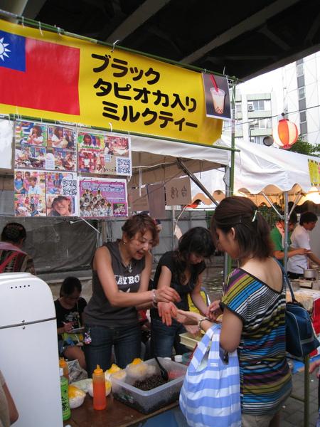 天氣超熱,台灣的芒果冰攤前大排長龍,我懶得等就沒排了