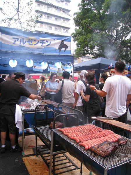 異國美食攤位最受歡迎的是阿根廷,前面至少排了兩百人有吧