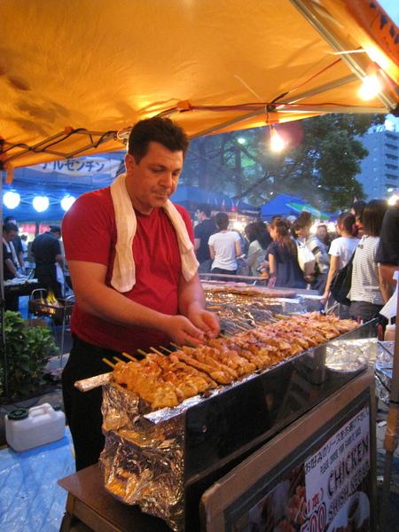 朋友買了這家埃及烤雞肉串,等他烤很久,沒想到入口的肉串根本不熱!