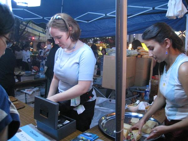 湊近看阿根廷賣什麼,結果是這貌不驚人的硬麵包夾香腸(熱狗?),真的好吃嗎?
