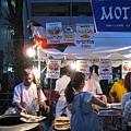 印度咖哩,有各種口味的咖哩可選擇,搭配一大張印度烤餅