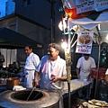 這家印度餐廳連大烤爐都直接搬出來,現場表演烙餅
