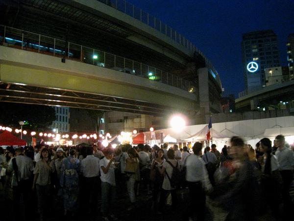 異國美食區有專屬會場,在麻布十番地鐵站旁高架橋下廣場