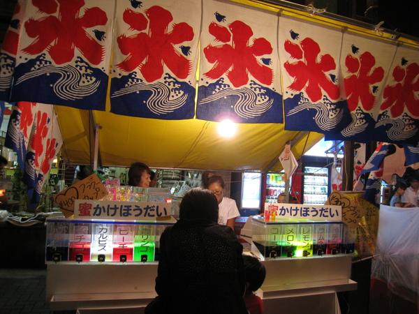 日式剉冰就是一堆加了色素糖水的清冰,可以自己選擇要加哪幾種