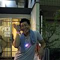 結果是某位在日本知名搞笑魔術師「マギー審司」,正在表演他的招牌魔術