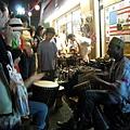 黑人當街表演打鼓,觀眾也可以下去一起同樂