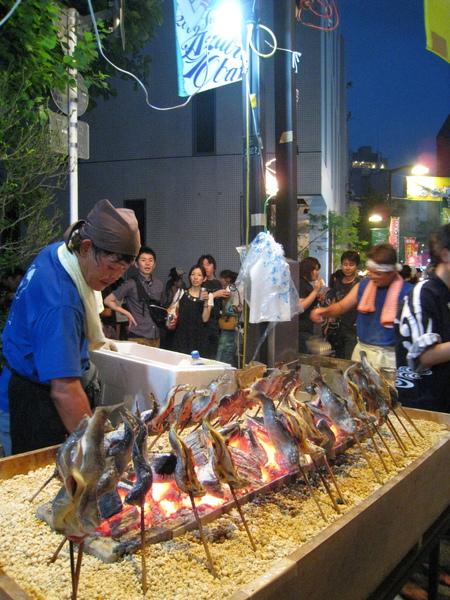 烤魚很誘人,不過在洶湧人潮中吃起來不太方便,還是放棄
