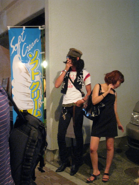 大白覺得這一對站在街邊吞雲吐霧的情侶很妙,逼我一定要拍