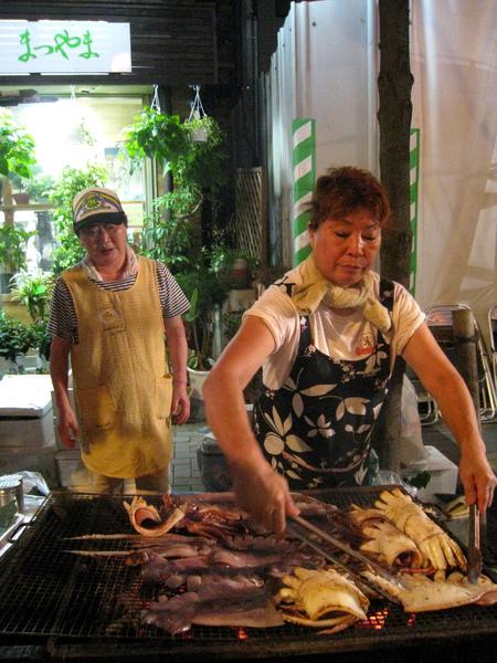 好大的烤魷魚,好瀟灑的大嬸