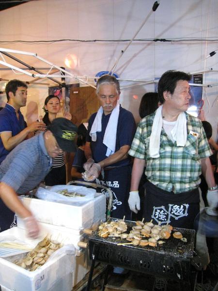 烤干貝攤,左邊兩個大叔負責串,右邊的負責烤