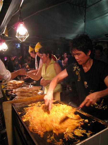 炒泰式河粉的大哥看起來應該是泰國人