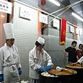 高級中國餐廳富麗華也在門口擺起中式小點外賣攤,水煎包燒賣餃子糖醋排骨一應俱全