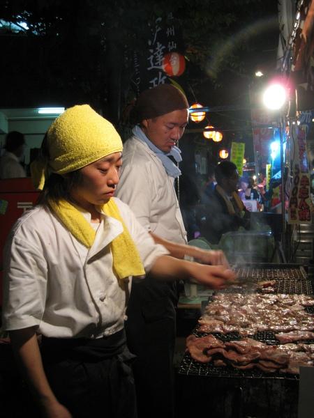 烤牛舌的爐火溫度很高,女師傅烤得滿臉大汗