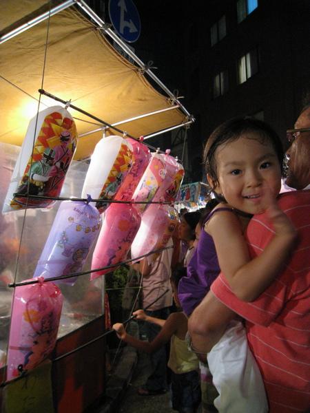 棉花糖攤前可愛的小妹妹直衝著我笑