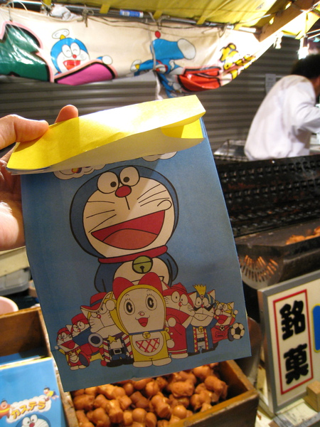 熱愛多啦A夢的大白買了一袋雞蛋糕回家,紙袋超可愛的