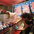 路人小姐的示範:自己選日式剉冰的糖水口味