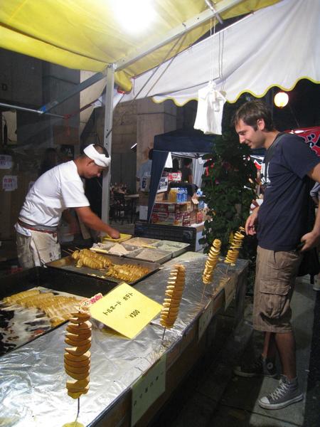這種馬鈴薯在台北的夜市也很常見,但我怕長痘痘沒吃過